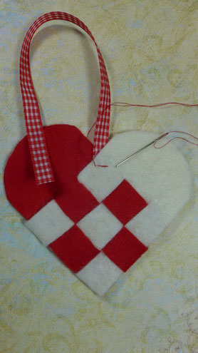 Geflochtene Herztasche aus  Filz als Geschenkverpackung - Taschenhenkel