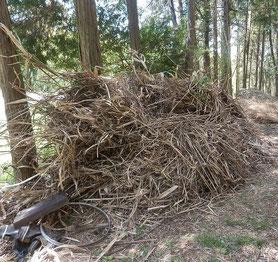 枯れ草山積みと手前に粗大ゴミ