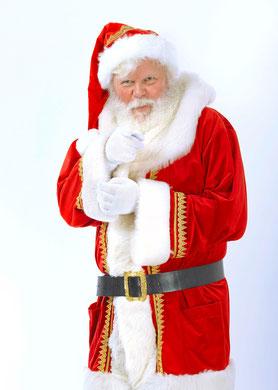 Der Weihnachtsmann aus Berlin trägt Bart und Kostüm.