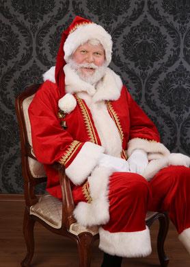 Der Berliner Weihnachtsmann Santa Klaus trägt einen echten Bart.