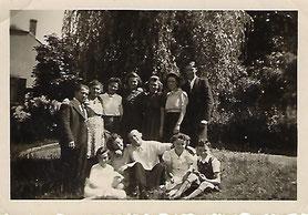 1943 - A Bâchen am Park.  Sitzend links meine Mutter Faber Mathilde und ganz rechts sitzend ihr Bruder Faber Théd.
