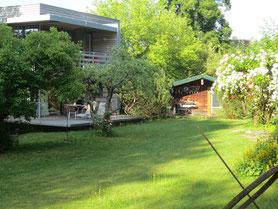Blick auf Ferienwohnung und Garten