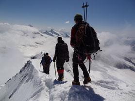 Absteig vom Mönch über den schmalen Gipfelgrat