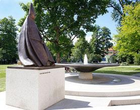 Brunnenschale und Bischofsskulptur von Giacomo Manzù