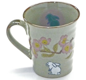 九谷焼通販 おしゃれなマグカップ マグ 左利き様用 白兎ソメイヨシノ 中裏絵 正面の図