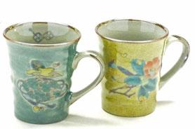 九谷焼通販 おしゃれなマグカップ マグ ペア セット 宝尽くし緑塗り&椿に鳥 黄塗り 裏絵 正面の図