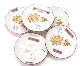 九谷焼通販 おしゃれ 皿揃え 小皿 白兎しだれ桜&ソメイヨシノ 赤小紋 4寸梅型 裏絵
