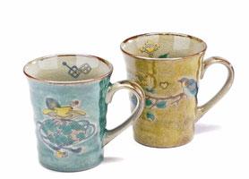 九谷焼通販 おしゃれなマグカップ マグ ペア セット 宝尽くし緑塗り&金糸梅に鳥 黄塗り 裏絵 正面の図