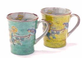 九谷焼通販 おしゃれなマグカップ マグ ペア セット 金糸梅に鳥 緑塗り&黄塗り 裏絵 正面の図