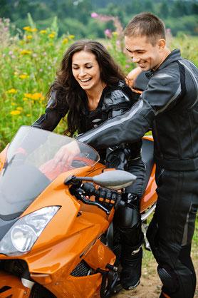 Frau auf Motorrad bekommt die Bedienung erklärt