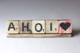 Kleine Scrabble Holzfliesen rustikal Shabby Größe 6x 6cm mit schwarzen Buchstaben und einer kleinen Zahl bedruckt, wahlweise auch Sonderzeichen, z. B. Herz, Ausrufezeichen, Fragezeichen, der Hintergrund ist holzfarbig oder auch farbig