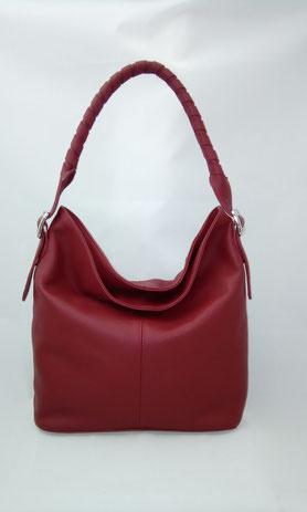 sac seau en cuir rouge porté épaule avec une bandoulière tressée pièce unique fabriquée en France