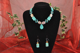 Das Bild zeigt eine Halskette aus Halbedelsteinen (Howlith und Carneol). Dazu passend aus gleichen Steinen die Ohrringe. Ohrhaken aus 925er Silber.