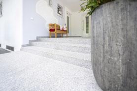 Raisch Fliesenfachgeschäft und hochwertige Fliesenarbeiten in der Region Stuttgart - hier: Autohaus Gölz Stuttgart - www.raisch-fliesen.de - Ansicht mit Volvo