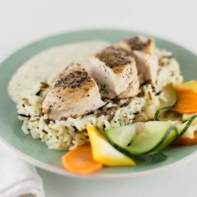Dill-Poulet mit Reis und Gemüse.