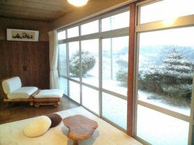 冬の風景  縁側で雪見