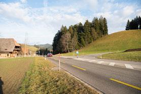 von Bern kommend kurz vor Langnau: Abzweigung von der Hauptstrasse rechts