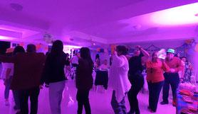 gente bailando con el dj para fiestas KLS