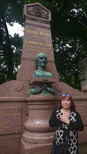 パリ・ホメオパシーの父、ハーネマンの墓石の前で