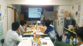 学生との共同活動で、人材育成を図る。写真は大学生向けの環境エネルギー勉強会兼ボランティア募集時