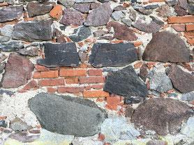 Historisches Mauerwerk der Großen Gutscheune auf dem Landgut Welle