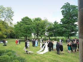 Hochzeitsgesellschaft im Park