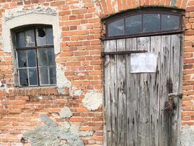 """Fenster und Türen der """"Alten Schmiede"""" vor der Sanierung"""