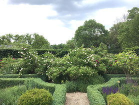Kräutergarten mit Buchsbaumhecken hinter dem Herrenhaus des Landgut Welle
