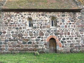 Romanisches Eingangsportal der Gusskirche in Welle