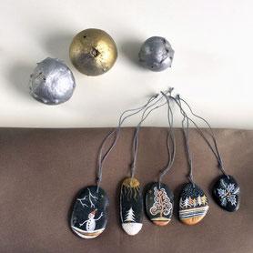 Galets noir vernis - acrylique or, cuivre et argent - attache coton gris