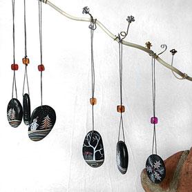 galets noirs percés - acrylique or, cuivre et argent - attaches coton et perles