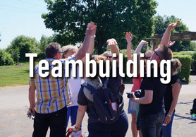 Klassisches Teambuilding mit verschiedenen Aktionen, ob am Strand oder im Tagungsraum.