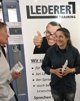 Eine Kollegin von LEDERER_training im Gespräch mit einer Interessentin am Vorbereitungskurs für die IHK-Sachkundeprüng nach § 34a der Gewerbeordnung bei der Weiterbildungsträger-Messe der Agentur für Arbeit und des Jobcenters Kiel