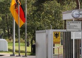 Tor und Einfahrt zum Bundeswehrgelände mit Bundesdeutscher Fahne
