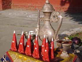 集会堂に入るチベット僧