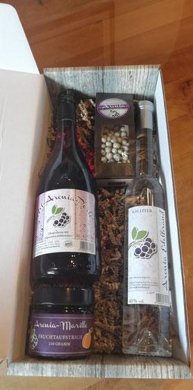 So eine Geschenkbox mit Aronia-Edelbrand, Aronia-Perle, Schokobeeren und leckerem Fruchtaufstrich würde Papa sicher freuen!