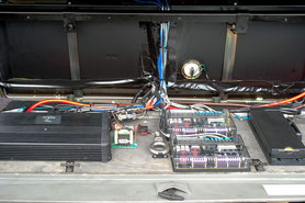 Verstärker und Frequenzweichen hinter der Verkleidung im kofferraum