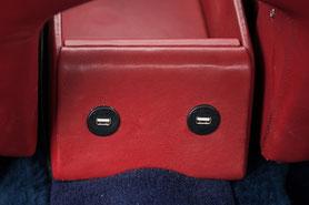 usb-ladebuchsen hinten an der mittelkonsole für smartphone