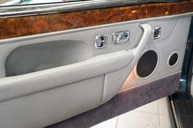 versteckt eingebaute Laitsprecher von Focal hinter der Türverkleidung im bentley Continental R