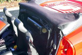 hinter den Sitzen montiertes gehäuse aus Carbon im Ferrari