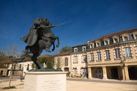 Le village de Lupiac est situé à moins de trente minutes de Lassenat éco- maison d'Hôtes en Gascogne, chambres d'hôtes éco-responsables, table d'hôtes bio et locavore,  piscine écologique, écotourisme, dans le Gers, en Occitanie.