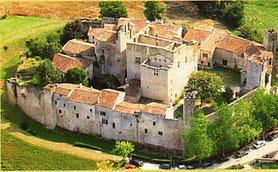 Visiter le village fortifié de Larressingle dans le Gers, en Occitanie, à 20 minutes de Lassenat éco-maison d'Hôtes en Gascogne, chambre d'Hôtes de charme, table d'hôtes gourmande, bio et locavore, destination campagne, écotourisme et slowtourisme.