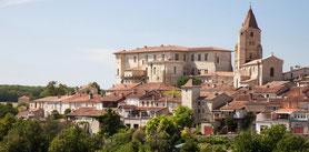 Lassenat éco- maison d'Hôtes, chambres d'hôtes, table d'hôtes, avec piscine écologique, est située à trente minutes de Lavardens, plus beau village de France, dans le Gers, en Occitanie.