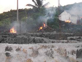 Brûler les déchets dans le village