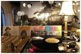 Vinyl DJ draait exclusieve jazz-set op bruiloft receptie en borrel