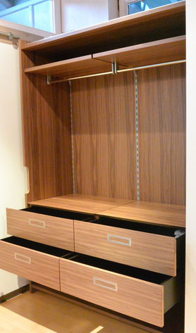 Systemkleiderschrank mit in der Höhe verstellbaren, Kleiderstange mit Einlegeböden u. Schubladen-Korpen