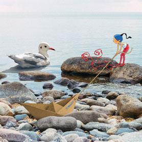 Timeliot tire son bateau en papier et regarde une mouette dans la mer