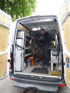 Blick auf den Arbeitsplatz im Fahrzeug der mobilen Fahrradwerkstatt