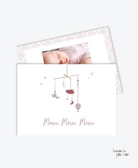 carte de remerciement naissance fille- petit mobile-tendance-moderne-pas cher- vieux rose et blanc-etoile-oiseaux-plumes-montgolfière-lune