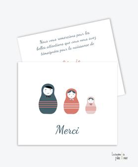 carte de remerciement fille-poupées russes-tendance-moderne-pas cher- Carte de remerciements  naissance fille avec 3 poupées russes qui représentent papa, maman et bébé.  un nœud papillon, un foulard, un gros noeud.